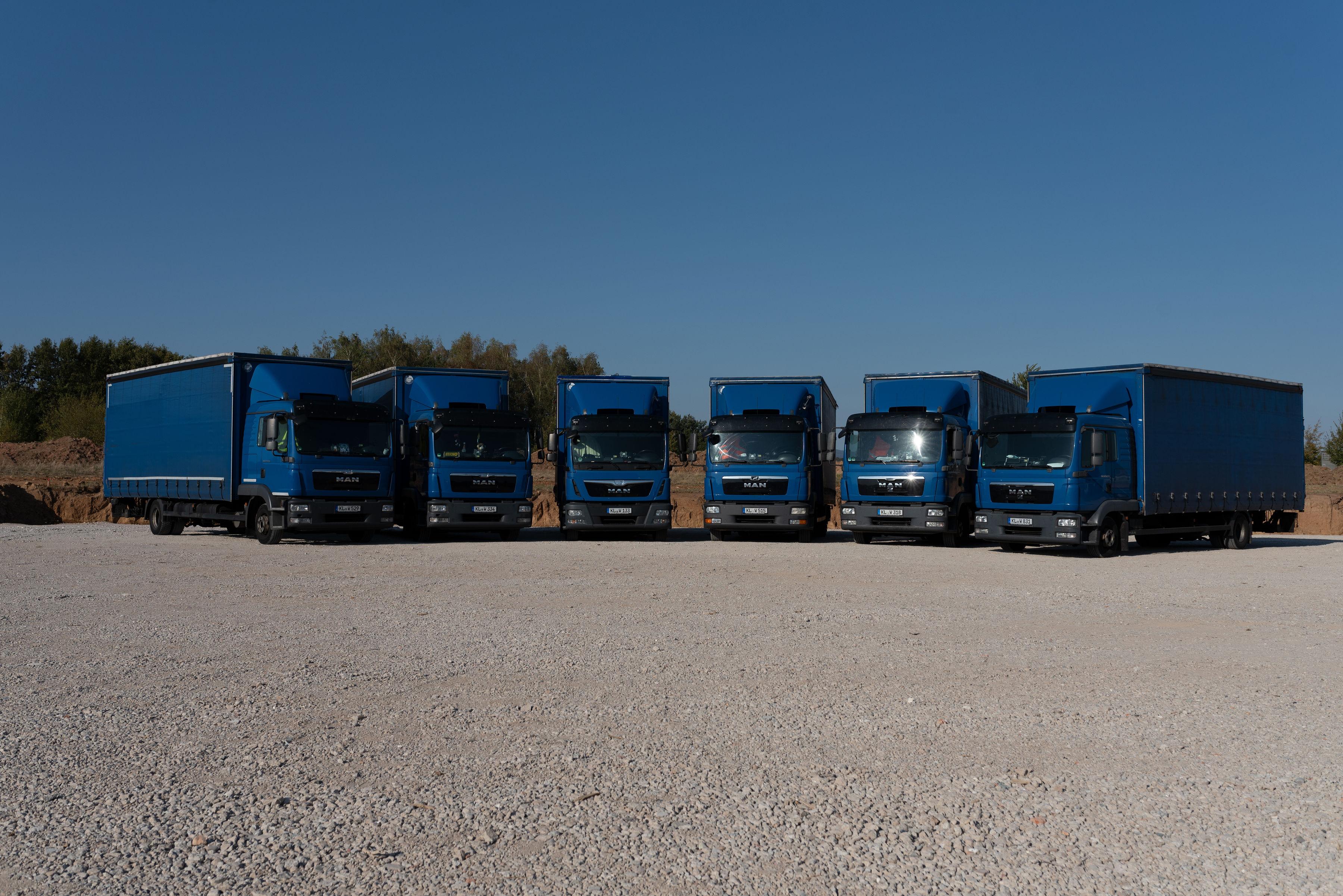 Unser Fuhrpark blauer LKWs